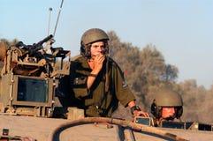 Israelische Soldaten in bewaffnetem Fahrzeug Stockbilder