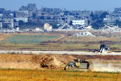 Israelische Soldaten in bewaffnetem Fahrzeug nahe Gazastreifen Stockfotografie