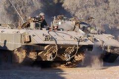 Israelische Soldaten und gepanzertes Fahrzeug Stockbild
