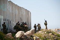 Israelische Soldaten und Trennungwand Stockfoto