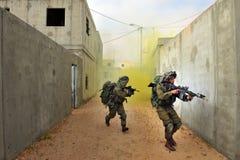 Israelische Soldaten während der städtische Kriegsführung-Übung Stockfotos