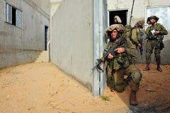 Israelische Soldaten während der städtische Kriegsführungs-Übung Stockfoto