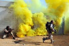 Israelische Soldaten während der städtische Kriegsführungs-Übung Lizenzfreie Stockfotos