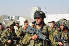 Israelische Soldaten während der städtische Kriegsführungs-Übung Stockfotografie