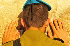 Israelischer betender Soldat Stockfoto