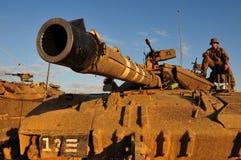 Israelischer Soldat auf Merkava-Behälter stockfotos