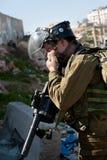Israelischer Soldat beeinflußt durch Tränengas Stockfotos