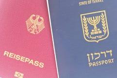 Israelischer und deutscher Paß Stockfotos