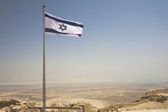 Israelisches Markierungsfahnenflugwesen über Masada Stockfotografie