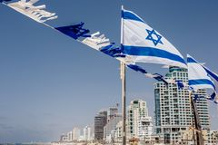 Israelisk flagga mot bakgrunden av skyskrapor arkivfoton