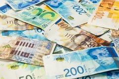 Israelisk pengarbunt av nya israeliska sedlar av olikt värde i siklar NIS Arkivfoto