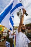 Israelisk soldat med nationsflaggan Royaltyfri Bild