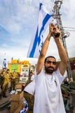 Israelisk soldat med nationsflaggan Arkivfoton
