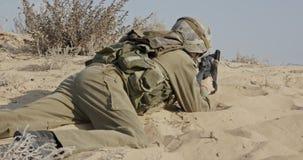 Israelisk soldat som tar räkningen från fientlig brand under strid lager videofilmer