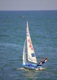 Israeliska flickakonkurrenter i segelbåtlopp Fotografering för Bildbyråer