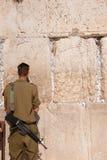 israeliska jerusalem s tjäna som soldat den västra väggen Arkivbild