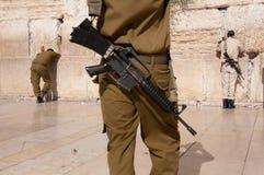 israeliska jerusalem s tjäna som soldat den västra väggen Fotografering för Bildbyråer