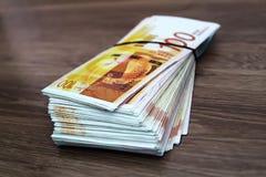 Israeliska räkningar i valörer av 100 siklar ILS Israel affär: ekonomi priser, banker, finans, valuta, pengar arkivfoton