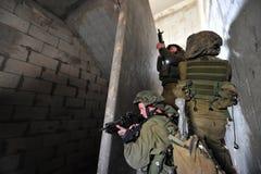 Israeliska soldater under stads- krig övar Arkivfoton