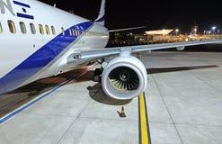 Israeliskt flygplan på flygfältet på natten royaltyfri fotografi
