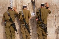 Israelsoldater på Jerusalem västra vägg Arkivfoton
