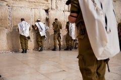 Israelsoldater på Jerusalem västra vägg Arkivfoto