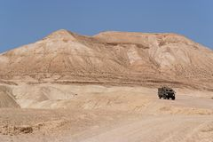 Israëlisch leger Humvee op patrouille in de woestijn Stock Foto