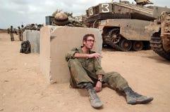 Israëlische legermilitairen die tijdens staakt-het-vuren rusten Royalty-vrije Stock Foto