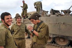 Israëlische legermilitairen die tijdens staakt-het-vuren rusten Royalty-vrije Stock Foto's