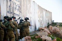 Israëlische militairen en de Palestijnse jeugd Royalty-vrije Stock Foto's