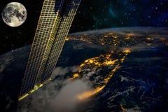 ISS που λαμβάνονται με τη γη και τα στοιχεία φεγγαριών αυτής της εικόνας που εφοδιάζεται από τη NASA στοκ εικόνες