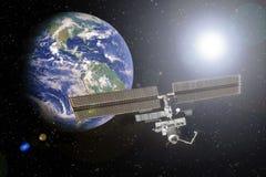 ISS die met de aarde op de achtergrond in de ruimteelementen van dit beeld wordt genomen dat door NASA wordt geleverd stock afbeeldingen