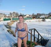 Issimning i vinterhålet efter en bastu arkivfoton