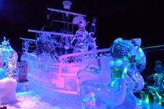 Isskulptur av Disney& x27; tecknade filmen för s-prinsessan Ariel och piratkopierar av det karibiskt Royaltyfria Bilder