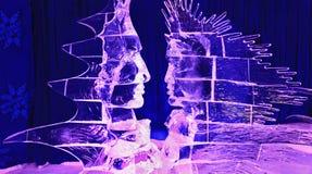 Isskulpturer för mänskliga framsidor som är upplysta på natten Fotografering för Bildbyråer