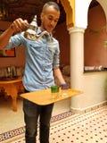 Isso é como você serve o chá marroquino da hortelã! imagem de stock