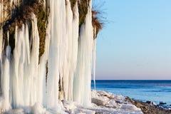 Isstalaktit i Anapa, Ryssland Arkivfoto