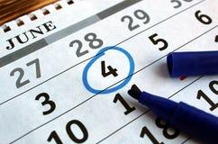 Ist auf dem Tisch ein Blatt des Kalenders mit dem markierten Datum am 4. Juni stockfotografie