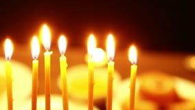 Ist auf dem Tisch ein Kerzenständer für das Chanukka, in dem es brennende Kerzen gibt