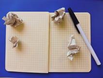 ist auf dem Tisch ein Notizbuch mit einem Stift auf einem blauen Hintergrund Stockfoto