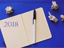 ist auf dem Tisch ein Notizbuch mit einem Stift auf einem blauen Hintergrund Lizenzfreie Stockfotos