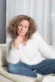 Ist de la mujer que escuchan cuidadosamente Fotografía de archivo libre de regalías