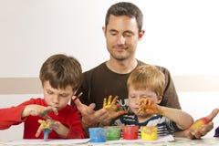 IST de père peignant avec ses gosses Images stock