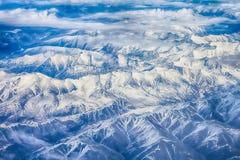Ist ein grünes Feld voll der Weizenanlagen Berge mit Höhe Lizenzfreie Stockbilder