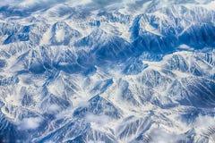 Ist ein grünes Feld voll der Weizenanlagen Berge mit Höhe Lizenzfreies Stockbild
