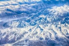 Ist ein grünes Feld voll der Weizenanlagen Berge mit Höhe Stockfoto