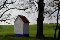 Ist ein grünes Feld voll der Weizenanlagen Kapelle in der Landschaft Moravian Toskana, Süd-Moray, Tschechische Republik, Europa Lizenzfreies Stockbild