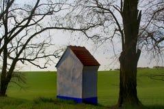 Ist ein grünes Feld voll der Weizenanlagen Kapelle in der Landschaft Moravian Toskana, Süd-Moray, Tschechische Republik, Europa Lizenzfreies Stockfoto