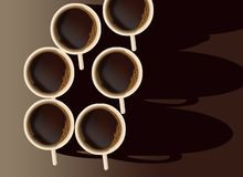 Ist hier ein Tasse Kaffee auf dem Tisch, der von den Unkosten angesehen wird und durch die Morgensonne belichtet ist stock abbildung