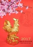 2017 ist Jahr des Hahns, Goldhahn mit Dekoration Stockfoto